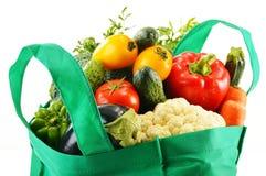 Τσάντα αγορών με την ποικιλία των φρέσκων οργανικών λαχανικών Στοκ Φωτογραφία