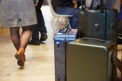 Τσάντα αποσκευών στην οδό πόλεων έτοιμη να επιλέξει με το αυτοκίνητο ταξί μεταφοράς αερολιμένων στοκ εικόνα