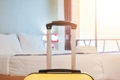Τσάντα βαλιτσών ή αποσκευών σε ένα σύγχρονο δωμάτιο ξενοδοχείου πριν από την εγγραφή ή τον έλεγχο στοκ φωτογραφίες
