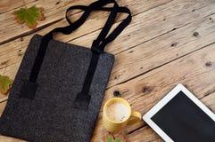 Τσάντα γυναικών με ένα φλυτζάνι του υπολογιστή latte και ταμπλετών Στοκ φωτογραφίες με δικαίωμα ελεύθερης χρήσης
