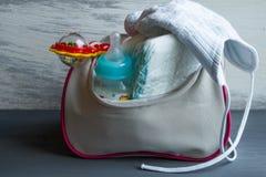 Τσάντα γυναικών με τα στοιχεία στην προσοχή για το μωρό Στοκ φωτογραφία με δικαίωμα ελεύθερης χρήσης