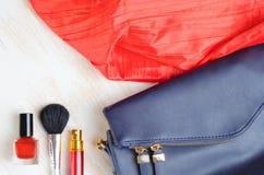 Τσάντα γυναικών ` s και αυτό περιεκτικότητα σε ` s Στοκ Εικόνες