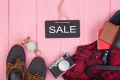τσάντα, διαβατήριο, κάμερα, πυξίδα, παπούτσια, πουκάμισο, σημειωματάριο και πίνακας με το κείμενο & x22 Sale& x22  Στοκ Φωτογραφίες