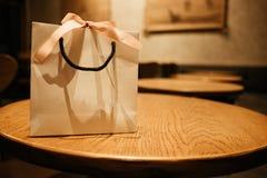 Τσάντα εγγράφου υποβάθρου εορτασμού με τη θέση κορδελλών στον ξύλινο πίνακα Στοκ Εικόνα