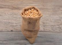 Τσάντα δημητριακών στο ξύλο Στοκ φωτογραφία με δικαίωμα ελεύθερης χρήσης