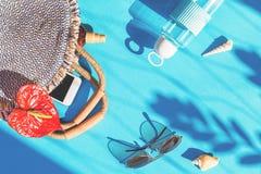 Τσάντα θερινού αχύρου και singlasses στο μπλε υπόβαθρο στοκ φωτογραφίες με δικαίωμα ελεύθερης χρήσης