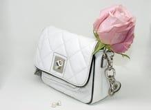 Τσάντα και μαργαριτάρια πολυτέλειας στοκ εικόνες