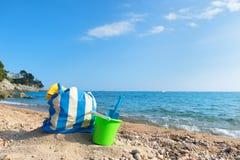 Τσάντα και παιχνίδια παραλιών στην παραλία Στοκ εικόνα με δικαίωμα ελεύθερης χρήσης