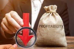 Τσάντα με την αποδοτικότητα λέξης και ένα κάτω βέλος με έναν επιχειρηματία Χαμηλά οικονομικά αποδοτικότητα και profitableness Πτώ στοκ εικόνα