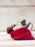 τσάντα με τους λογαριασμούς εκατό δολαρίων και τα παιχνίδια Χριστουγέννων Στοκ εικόνα με δικαίωμα ελεύθερης χρήσης