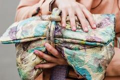 Τσάντα μόδας της σύγχρονης γυναίκας. Πώληση ενδυμάτων. Στοκ φωτογραφία με δικαίωμα ελεύθερης χρήσης