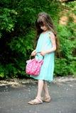 τσάντα που ελέγχει το κορίτσι παιδιών αυτή λίγο πορτρέτο Στοκ εικόνα με δικαίωμα ελεύθερης χρήσης
