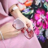 Τσάντα στη θηλυκή κινηματογράφηση σε πρώτο πλάνο χεριών Γυαλιά ηλίου στη γυναίκα χεριών Γυναικεία εξαρτήματα μόδας, βραχιόλια, ey Στοκ Φωτογραφία