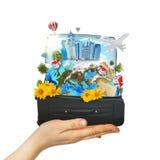 Τσάντα ταξιδιού λαβής χεριών με τη γη και τα κτήρια Στοκ εικόνα με δικαίωμα ελεύθερης χρήσης