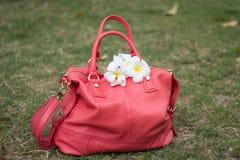 Τσάντα του χρώματος κοραλλιών με τα άσπρα λουλούδια Στοκ εικόνα με δικαίωμα ελεύθερης χρήσης