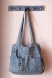 Τσάντα του Jean bule σε μια σκοινί για άπλωμα στοκ εικόνες