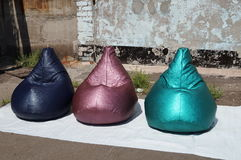 Τσάντα φασολιών φιαγμένη από πράσινο, πορφυρό και μπλε λαμπρό υλικό Στοκ Φωτογραφίες