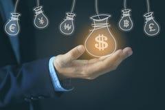 Τσάντα χρημάτων εκμετάλλευσης χεριών επιχειρηματιών με το ολόγραμμα στο σκοτεινό backgro διανυσματική απεικόνιση