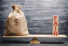 Τσάντα χρημάτων και ξύλινοι φραγμοί με την έκθεση λέξης Ισορροπία Δίκαιη τιμολόγηση αξίας, χρέος χρημάτων Δίκαιη διαπραγμάτευση Λ στοκ φωτογραφίες με δικαίωμα ελεύθερης χρήσης