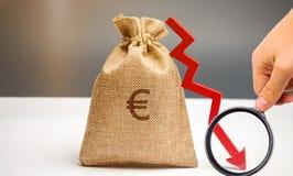 Τσάντα χρημάτων με ένα ευρο- σημάδι και ένα βέλος κάτω Η έννοια της μείωσης των κερδών Πτώση στο εισόδημα Χαμηλός μισθός Χρηματοο στοκ φωτογραφία με δικαίωμα ελεύθερης χρήσης