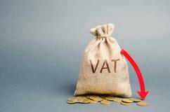 Τσάντα χρημάτων με τα νομίσματα και το κάτω βέλος Μειωμένοι Φ.Π.Α και φορολογική επιβάρυνση Βελτίωση της ανταγωνιστικότητας των α στοκ εικόνα με δικαίωμα ελεύθερης χρήσης