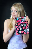 Τσάντα δώρων βαλεντίνων ` s στα χέρια του όμορφου κοριτσιού Στοκ Φωτογραφία