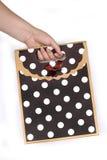 Τσάντα δώρων εκμετάλλευσης χεριών γυναίκας Στοκ φωτογραφίες με δικαίωμα ελεύθερης χρήσης