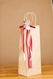 Τσάντα δώρων με την κορδέλλα Χαρούμενα Χριστούγεννας Στοκ φωτογραφία με δικαίωμα ελεύθερης χρήσης