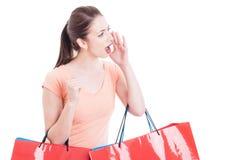 Τσάντες αγορών εκμετάλλευσης γυναικών που φωνάζουν ή που φωνάζουν την έννοια πωλήσεων Στοκ Εικόνες