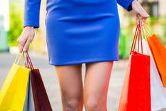 Τσάντες αγορών εκμετάλλευσης γυναικών Υπαίθριος shopaholic Στοκ εικόνα με δικαίωμα ελεύθερης χρήσης