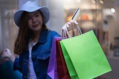 Τσάντες ασιατικής αγορών γυναικών πίστωσης εκμετάλλευσης ή χρεωστικών καρτών και αγορών στη λεωφόρο αγορών Καταναλωτισμός, τρόπος στοκ φωτογραφίες