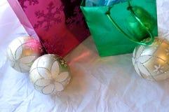 Τσάντες και διακοσμήσεις Χριστουγέννων στο άσπρο υπόβαθρο Στοκ εικόνες με δικαίωμα ελεύθερης χρήσης