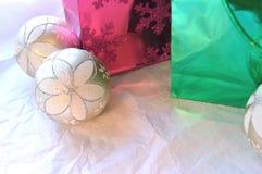 Τσάντες και διακοσμήσεις Χριστουγέννων στο άσπρο υπόβαθρο Στοκ φωτογραφία με δικαίωμα ελεύθερης χρήσης