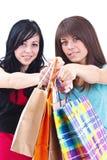 τσάντες που φέρνουν τις ψωνίζοντας γυναίκες Στοκ φωτογραφία με δικαίωμα ελεύθερης χρήσης