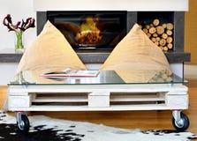 Τσάντες φασολιών και τραπεζάκι σαλονιού παλετών στο σύγχρονο καθιστικό Στοκ Φωτογραφία