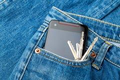 Τσέπη του Jean με κινητός και βασικός Στοκ Εικόνες