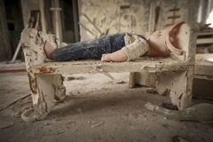 Τσέρνομπιλ - κούκλα σε ένα κρεβάτι κουκλών Στοκ Φωτογραφίες