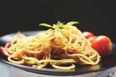 Τσίλι ζυμαρικών και ντοματών μακαρονιών και φύλλα βασιλικού/παραδοσιακά εύγευστα ιταλικά μακαρόνια bolognese τροφίμων στο πιάτο στοκ φωτογραφία με δικαίωμα ελεύθερης χρήσης