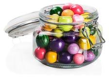 Τσίχλα και καραμέλες των διαφορετικών χρωμάτων σε ένα βάζο γυαλιού στοκ εικόνες με δικαίωμα ελεύθερης χρήσης