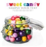 Τσίχλα και καραμέλες των διαφορετικών χρωμάτων σε ένα βάζο γυαλιού στοκ εικόνες