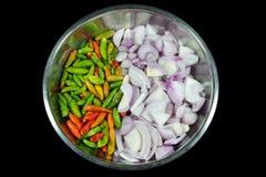 Τσίλι και κρεμμύδια στο φλυτζάνι στοκ εικόνες με δικαίωμα ελεύθερης χρήσης