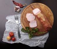 Τσίλι και σκόρδο ντοματών ζαμπόν σε έναν τέμνοντα πίνακα Στοκ φωτογραφίες με δικαίωμα ελεύθερης χρήσης