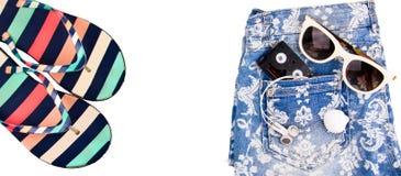 τσαντών παραλιών σανδάλια άμμου σακακιών που τίθενται διογκώσιμα Στοκ Εικόνες
