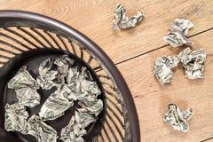 Τσαλακωμένα χρήματα στα απορρίμματα Στοκ Εικόνα