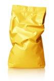 Τσαλακωμένη κενή χρυσή συσκευασία τσαντών φύλλων αλουμινίου που απομονώνεται στο λευκό Στοκ Εικόνες