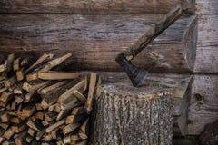 Τσεκούρι και woodpile Στοκ Εικόνες