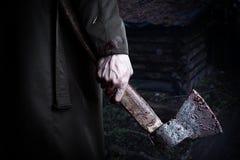 Τσεκούρι με το αίμα στο αρσενικό χέρι Στοκ φωτογραφία με δικαίωμα ελεύθερης χρήσης
