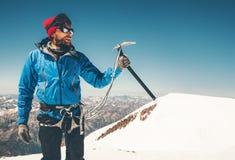 Τσεκούρι πάγου εκμετάλλευσης ορειβατών ατόμων στο βουνό Στοκ Εικόνα