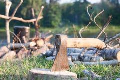Τσεκούρι που κολλιέται σε ένα κούτσουρο Στοκ φωτογραφίες με δικαίωμα ελεύθερης χρήσης