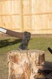 Τσεκούρι στο κολόβωμα δέντρων στοκ εικόνες με δικαίωμα ελεύθερης χρήσης